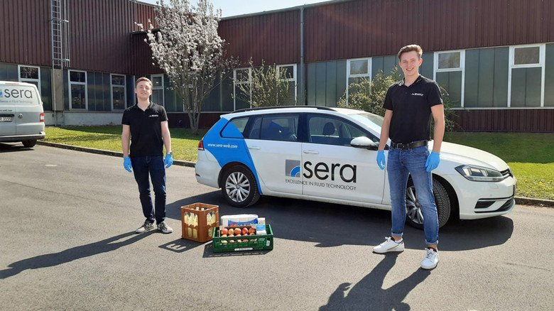 Einkaufs- und Bringservice: Auszubildende von sera in Immenhausen sind für Menschen in ihrer Region, die nicht selbst einkaufen können, dreimal wöchentlich unterwegs.