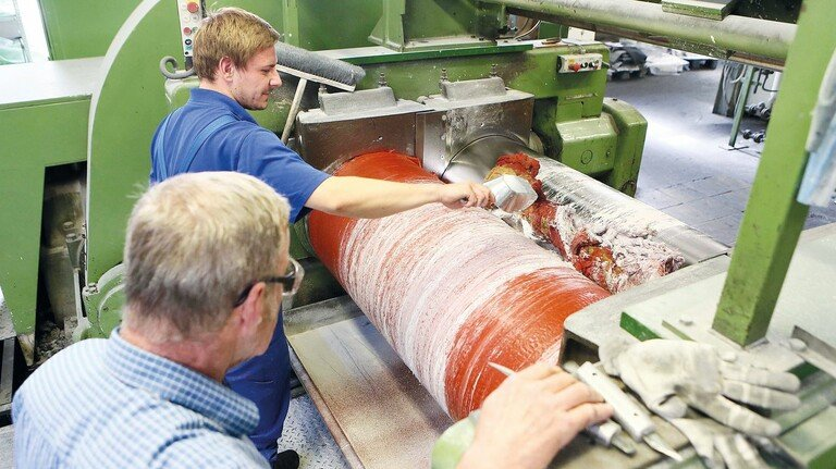 Zumischen von Farbstoff: 60 bis 70 Tonnen Kautschuk verarbeitet der Gummispezialist KKT jeden Monat.