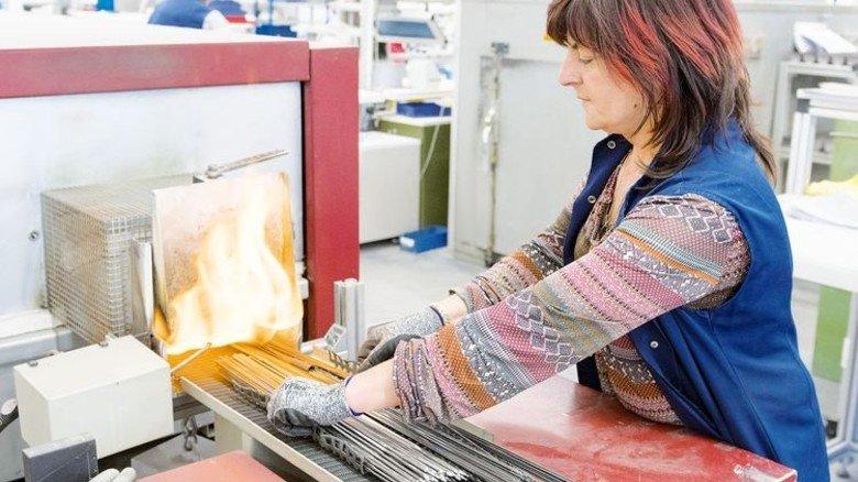 Heißer Job: Barbara Larysz beim Glühen von Heizelementen. Die sind bei Kunststoffverarbeitern gefragt. Foto: Moll
