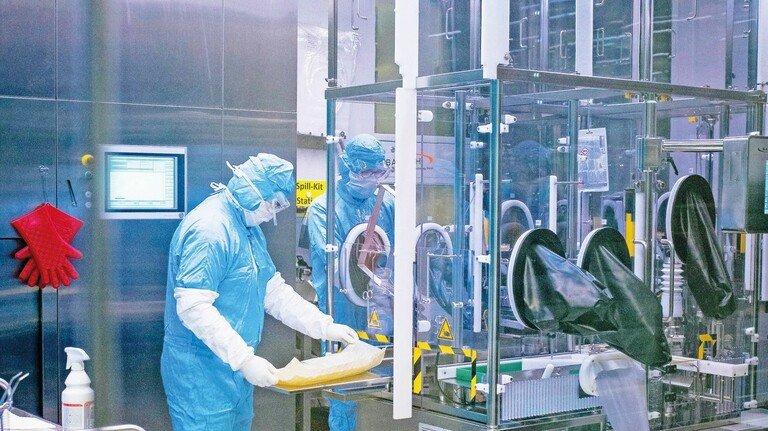Herausforderung Impfstoffproduktion: Abfüllen von Impfdosen beim Pharmaunternehmen IDT Biologika in Dessau. Die Produktion von Impfstoffen ist komplex und aufwendig. Einge Hersteller haben deshalb Schwierigkeiten damit, die Fertigung rasch genug zu erhöhen für den gewaltigen Bedarf.