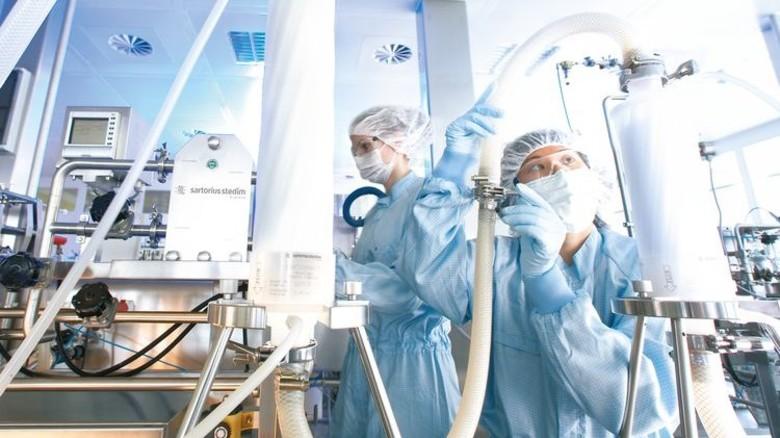 Herstellung: Mitarbeiter produzieren Filter vorsterilisiert und gebrauchsfertig. Foto: Mischke und Heller