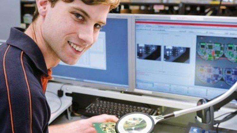 Arbeitet schon bei Limtronik in der Fabrik der Zukunft: Manuel Sehr, Elektroniker für Geräte und Systeme. Foto: Scheffler