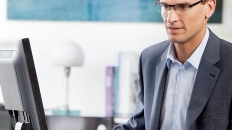 Entspannt: Spezielles Brillenglas erleichtert Arbeit am PC. Foto: Rodenstock