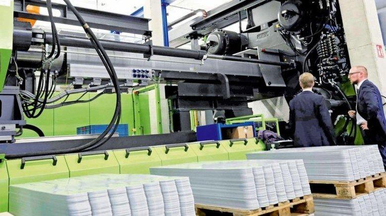 Spritzgussmaschine in der Firma Intech-World: Alle 150 Sekunden fertigt sie eine Box. Foto: Schaarschmidt