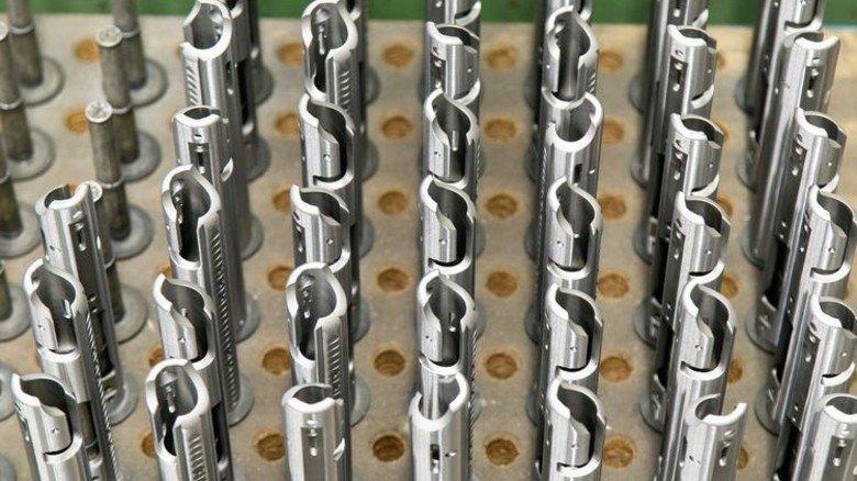 Extrem exakt: Bei der Herstellung aller Teile, wie etwa dieser Verschlusshülsen, ist Präzision gefragt. Foto: Mierendorf