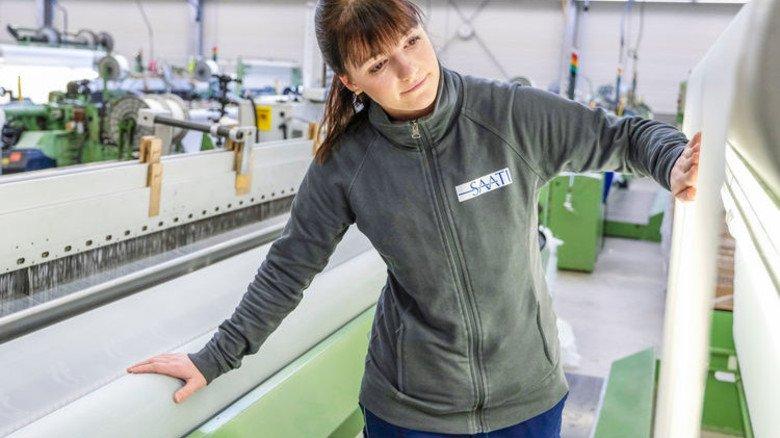 Marlena Klein in der  Weberei: Dort ist sie für 30 Maschinen verantwortlich. Foto: Roth