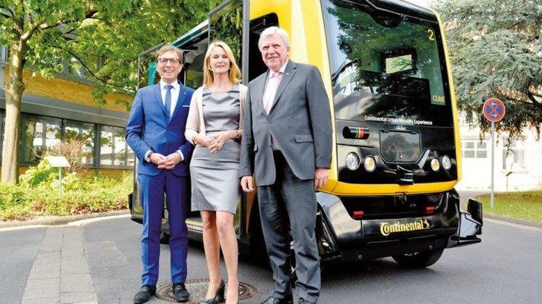 Testfahrer: Wolf Matthias Mang, Ariane Reinhart und Volker Bouffier (von links) vor dem Robo-Taxi Cube von Continental. Foto: Scheffler
