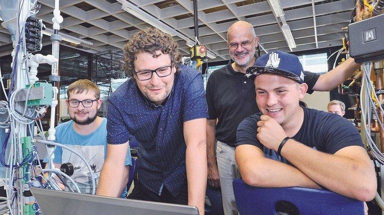 Gute Stimmung: Ausbilder und Azubis der Kerschensteinerschule Stuttgart. Foto: Sigwart