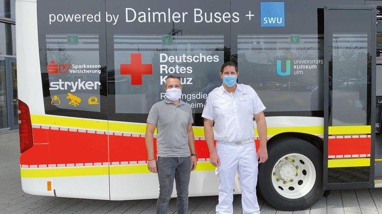 Stolz auf die mobile Intensivstation: Michael Pflum von Daimler Buses (links) und Ludwig Merkle vom Rettungsdienst Heidenheim-Ulm.