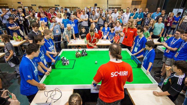 Grünes Spielfeld: In der Fußball-Kategorie treten pro Team zwei Roboter an.