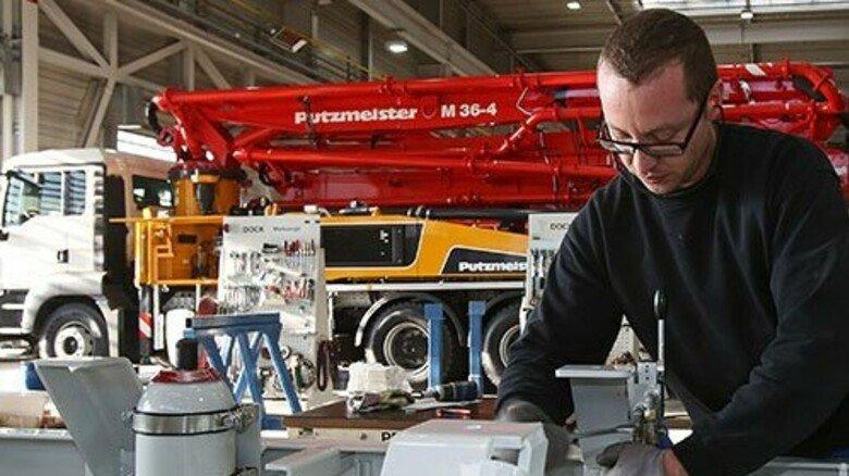 Transportbereit: In Aichtal werden die Pumpen auf Lastwagen montiert. Foto: Mierendorf