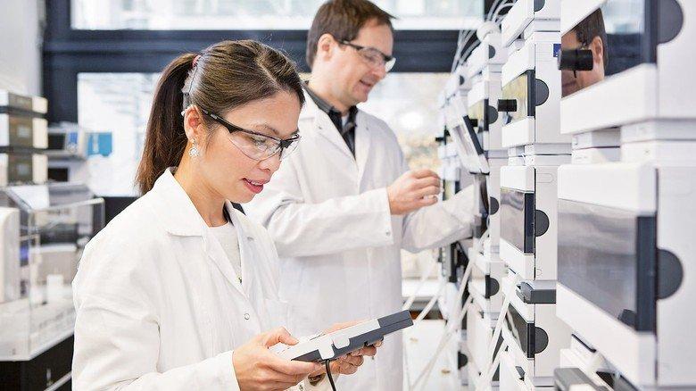Alles unter Kontrolle: Die Produktion von Medikamenten wird streng überwacht.