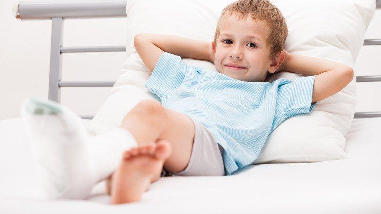 Bein gebrochen: Das ist für viele Kinder schon schlimm genug. Wenn Unfälle oder Krankheiten auch noch bleibende Schäden verursachen, kann zumindest finanziell eine Kinderinvaliditätsversicherung helfen.
