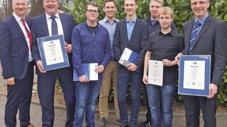 """Fünfmal """"sehr gut"""": Die ausgezeichneten Azubis mit Ausbilder Olaf Heinrichs (Zweiter von links). Foto: Werk"""
