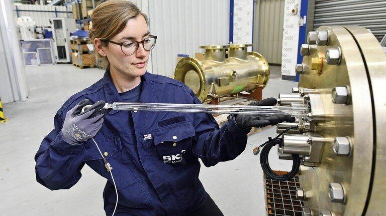 Röhrenwechsel: SKF-Produktmanagerin Wiebke Matthias tauscht das UV-Leuchtmittel an einem der Reaktoren.