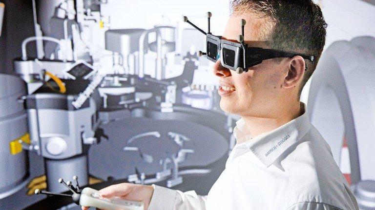 """Coole Spielerei? Von wegen – hier ist ein Ingenieur bei der Arbeit: Florian Naser im """"Virtual Reality Center"""" von Bausch+Ströbel."""