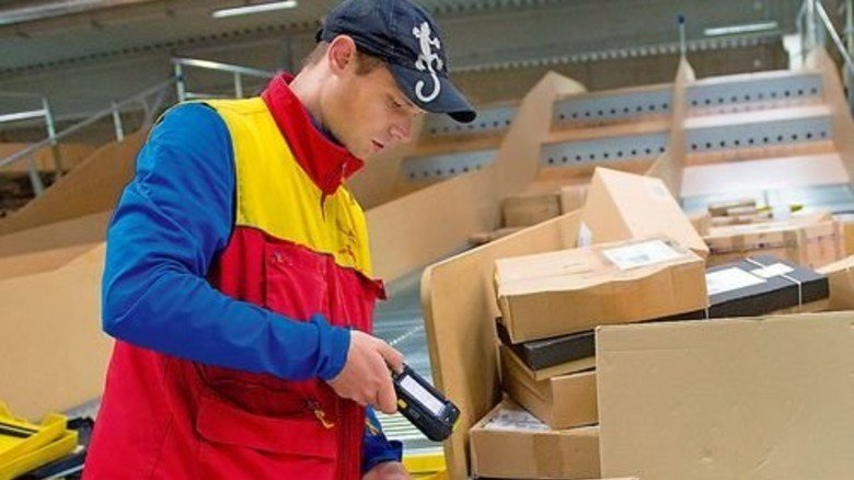 Arbeits-Alltag: An der Laderampe scannt Stefan Weber die Pakete ein … Foto: Straßmeier