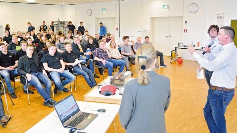 """KAMAX in Homberg (Ohm) Sieger in der Kategorie """"Produktionsablauf und Logistik"""": Tobias Gonther und Maximilian Dietrich (von rechts). Foto: Scheffler"""