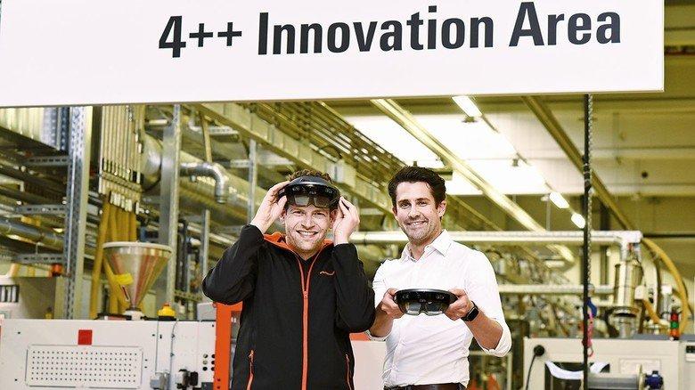 """In der """"Innovation Area"""" der Detmolder Elektrotechnikfirma Weidmüller: Daniel Behnke (links) und Digitalisierungschef Patrick-Benjamin Bök."""