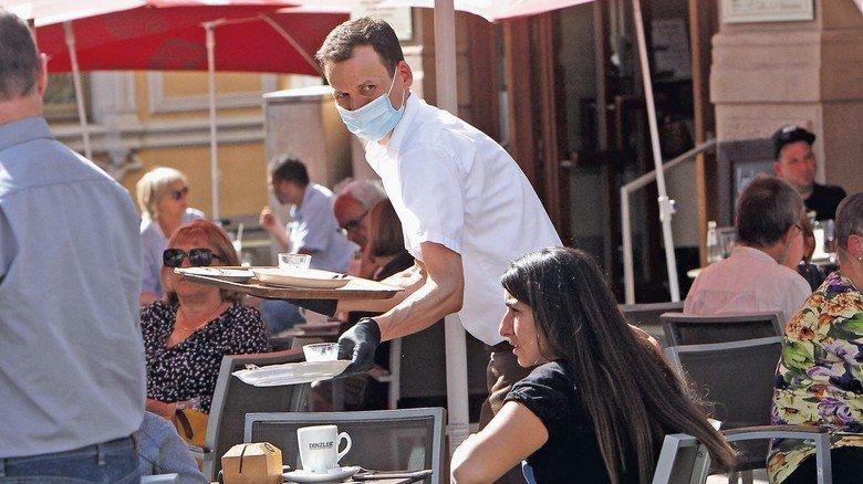 Kellner im Café: In der Gastronomie profitieren viele vom höheren Mindestlohn.