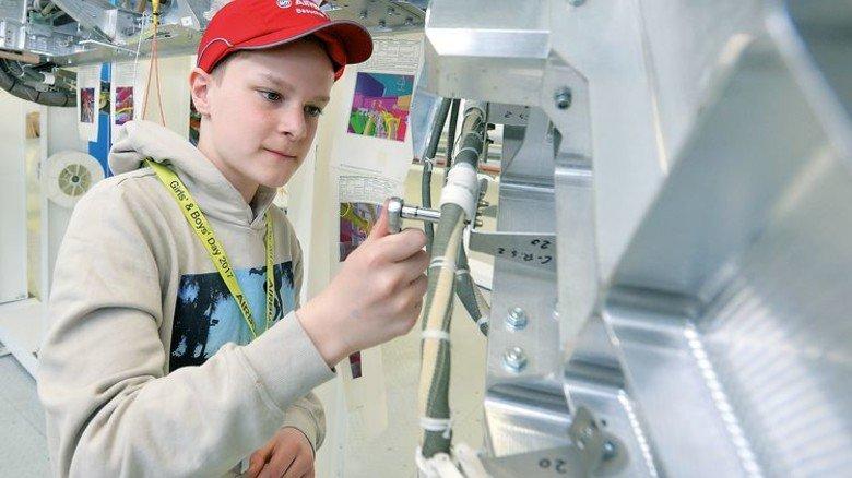 Konzentriert: Ein Schüler bei Airbus im Bremer Werk des Flugzeug-Konzerns. Foto: Airbus