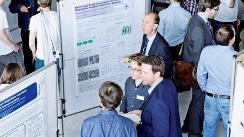 Neue Ideen: Forscher und Studenten zeigen reges Interesse für ihre Projektposter. Foto: Sturm