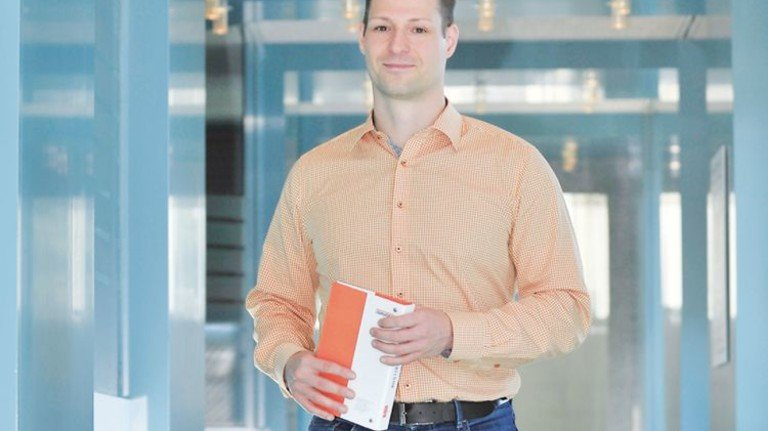 Auf geht's: Ausbilder Ronny Bergmann wirbt für eine Karriere bei Bauder. Foto: Sigwart