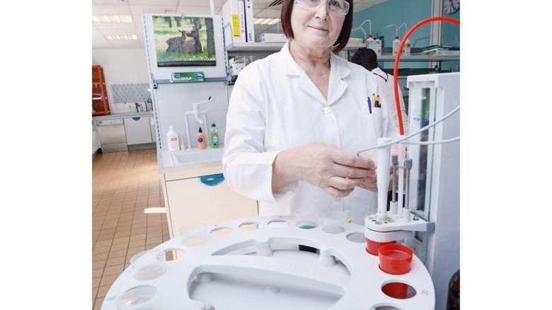 Chemielaborantin mit Leib und Seele: Gabriele Beutel kennt sich im Labor bestens aus. Foto: Sturm