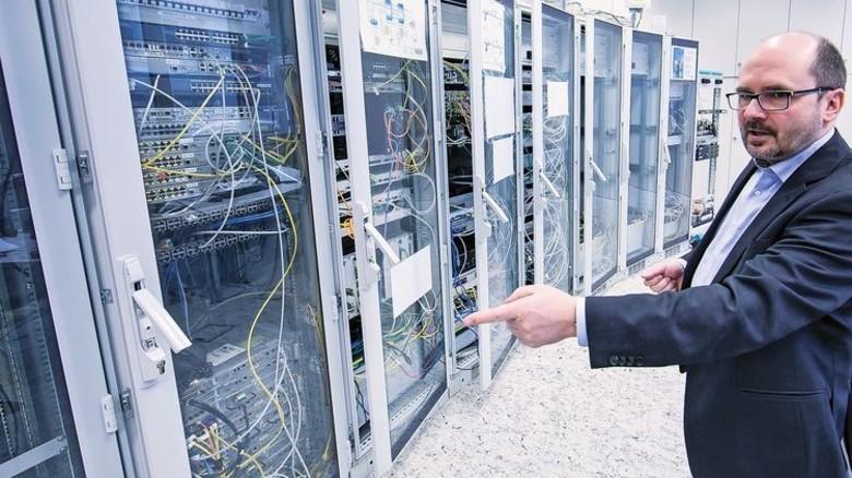 Im Labor von Telent: Reinhold Wegener, Leiter des Bereichs Technik bei dem Unternehmen. Foto: Mierendorf