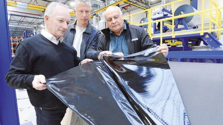 Kritischer Blick: Josef Sochor, Marko Schwarzburg und Bruno Bauer (von links) mit Dichtungsbahn. Foto: Sturm