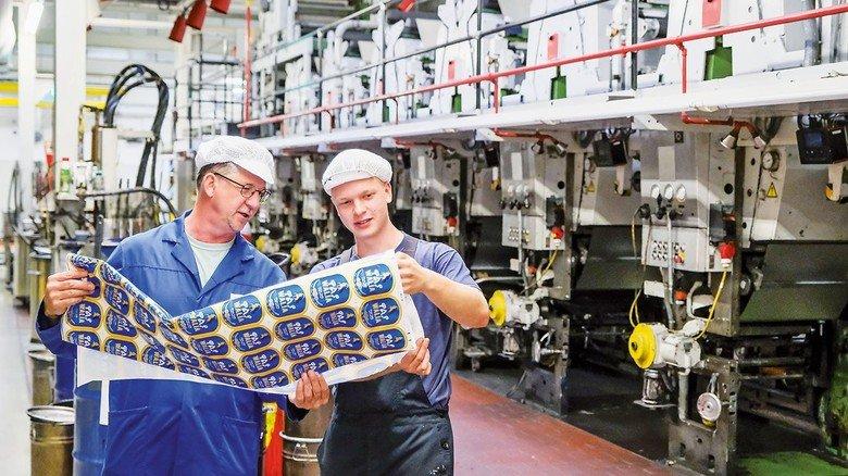 Sieht alles gut aus: Gück und Druckereimeister Helmut Rodewald begutachten die fertigen Etiketten.