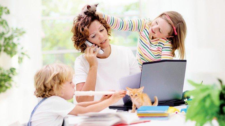 Mama beim Multitasking: Okay, das ist ein gestelltes Symbolbild. Tatsächlich halfen die Papas im Lockdown kräftiger mit als davor!