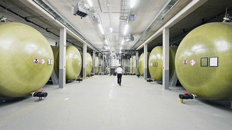 Große Flüssigkeitsbatterie: Das Fraunhofer-Institut ICT in Pfinztal bei Karlsruhe bunkert in den Fässern überschüssigen Strom einer Windanlage.