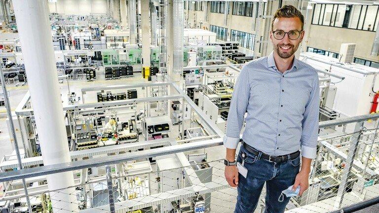 Von oben hat man den Überblick: Fabian Lenkat führt Besucher über die neue Fabrik. Sie entstand auf einer Fläche so groß wie 26 Fußballfelder.