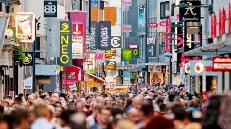 Gedrängel in der Einkaufsmeile: Echte Not leiden bei uns zum Glück nur ganz wenige Mitbürger. Foto: Imago