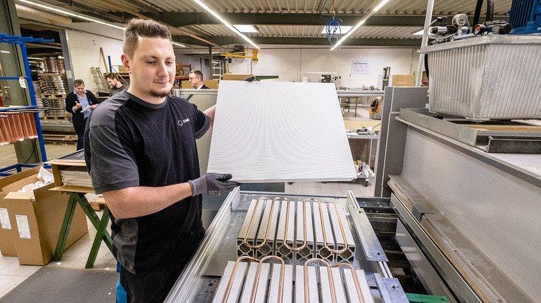 """800 Hochzeiten pro Schicht: Maik Topp """"verheiratet"""" hier Alu-Bleche, Spiralen und Kassetten zu Klimadeckenelementen."""