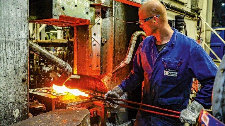 Frauenthal: Bei den schweren Pleuelstangen für Lkw ist noch Handarbeit gefragt.
