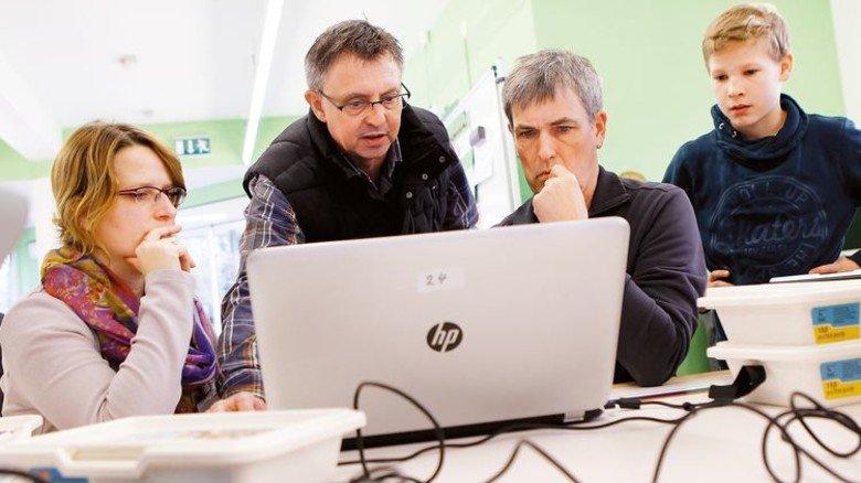 Motiviert den Nachwuchs: Gerd Iffland (Mitte) in seiner MINT-Schule. Foto: Spiering