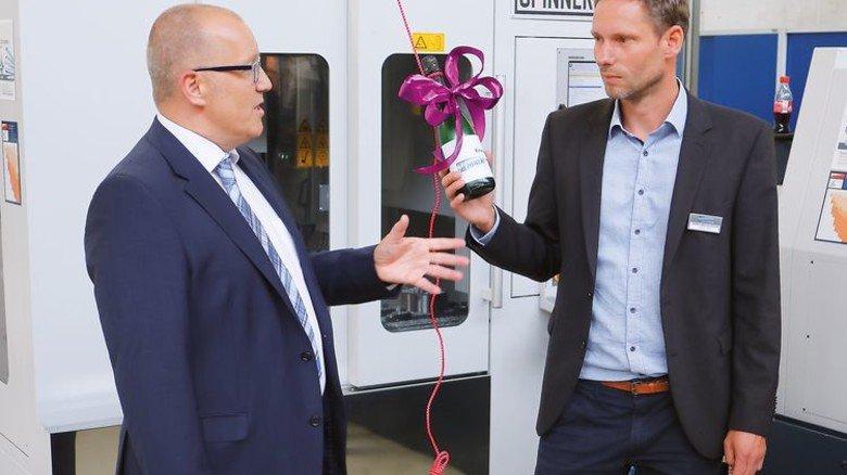 Taufe: Hausherr Andreas Weber (links) und Spinner-Vertreter Steffen Blechschmidt ließen es krachen. Foto: Higo