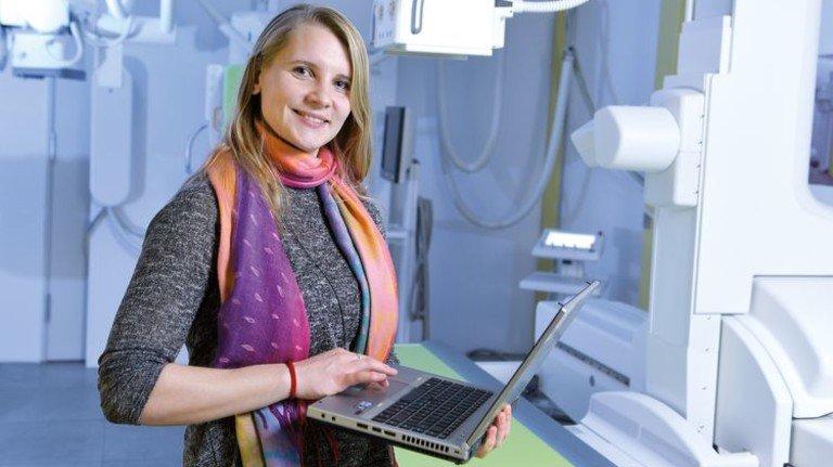 Medizintechnik: Die 31-Jährige vor einem Röntgengerät. Foto: Augustin
