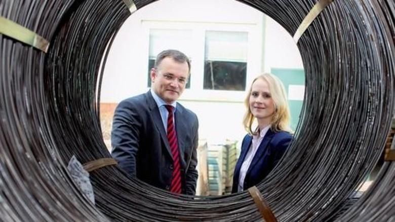 In vierter Generation: Geschäftsführer Carsten Stefanowski, hier mit Personalleiterin Katharina Niehoff, führt das 1889 gegründete Unternehmen. Foto: Lorenczat