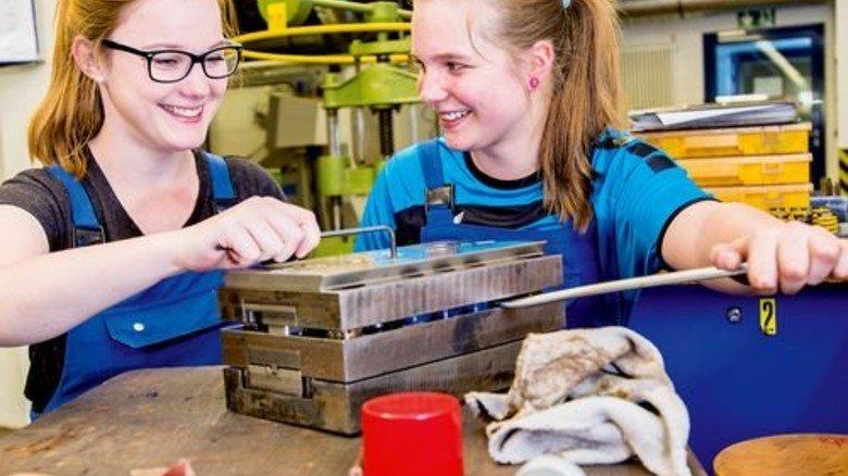 Gute Stimmung: Auszubildende Marie Friedrich (links) und Werkzeugmechanikerin Nadine van Dielen. Foto: Straßmeier