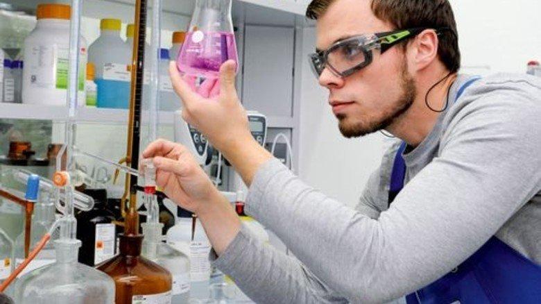 Blick ins Labor: Produktentwickler Jonas Marx bei der Arbeit. Foto: Wirtz