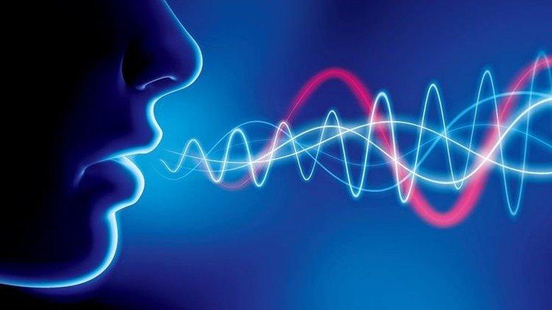 Dialog zwischen Mensch und Maschine: Rufen und winken statt drehen und drücken. Foto: Fotolia
