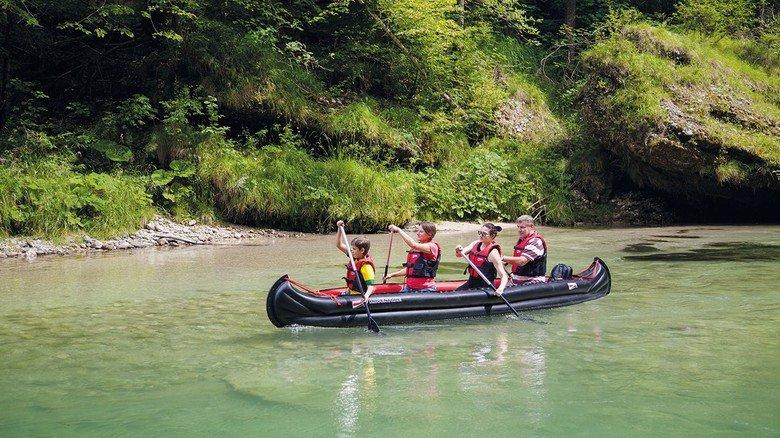 Kippsicher: Dieser aufblasbare Kanadier für Ausflüge auf dem Wasser hat Platz für die ganze Familie – und um die 100 Kilo Gepäck.
