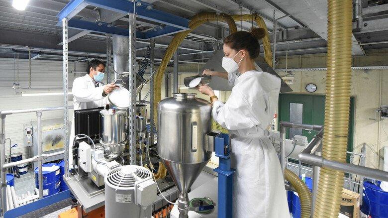 Versuchsstand am Institut: Aus dem weißen Granulat entsteht über das Schmelzspinnverfahren ein superdünnes, elastisches Filament, das als Garn aufgespult wird.