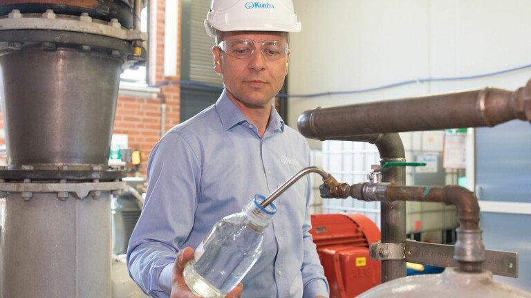 Probennahme: Kühlwasserproben zeigen, wie sauber das Wasser aktuell ist.