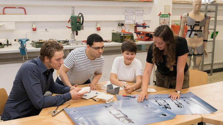 Mehr Ideen dank Arbeiten im Team: Studierende bei einer Projektarbeit im Labor (Archivfoto – Aufnahme vor Corona).