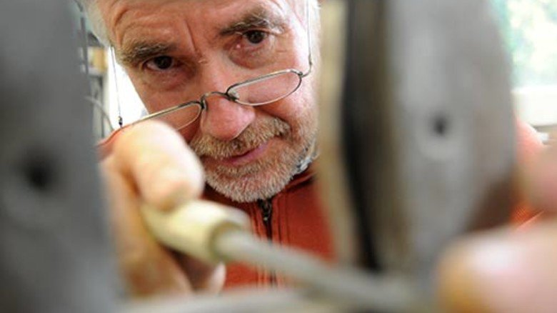 Feinschliff: Hans Zinsius feilt Mundstücke für den Extruder auf Maß. Fast 3.000 Formwerkzeuge hat er schon entworfen. Foto: Albert