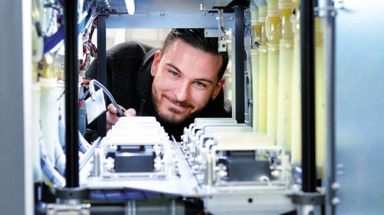 Wartung: Medientechnologe Druck Uwe Schneider beim Reinigen eines Inkjet-Druckturms der neuesten Anlage am Standort. Foto: Scheffler